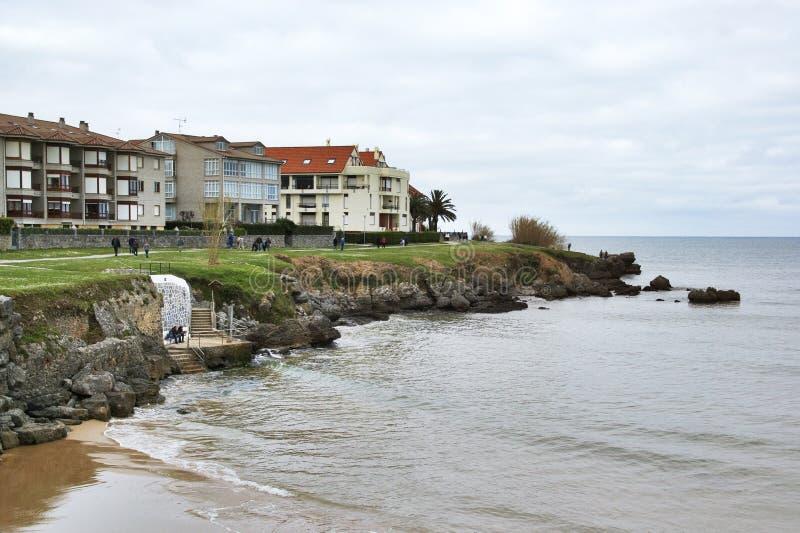 Ajo, Spanje - April 3th 2015: Huizen in beachfront Noja, Spanje stock foto's