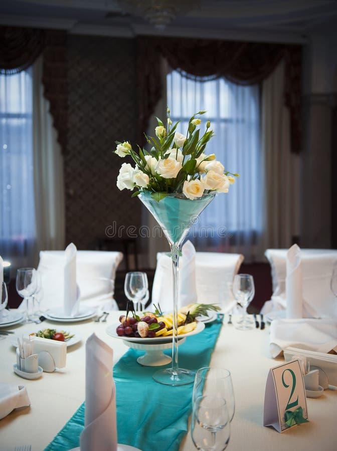 Ajournez le décor avec des nombres et des bougies de table de fleurs image stock