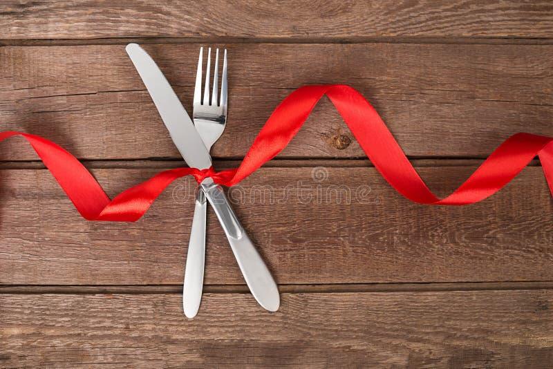 Ajournez le jour du ` s de Valentine de décoration, placez avec un ruban Image de dîner sur des valentines photographie stock