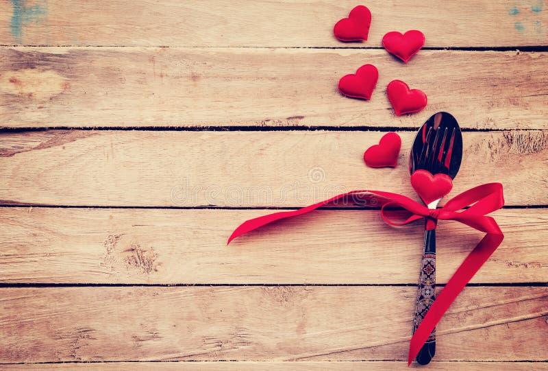Ajournez les couverts d'arrangement et le coeur rouge pour le dîner Valentine Day photos libres de droits