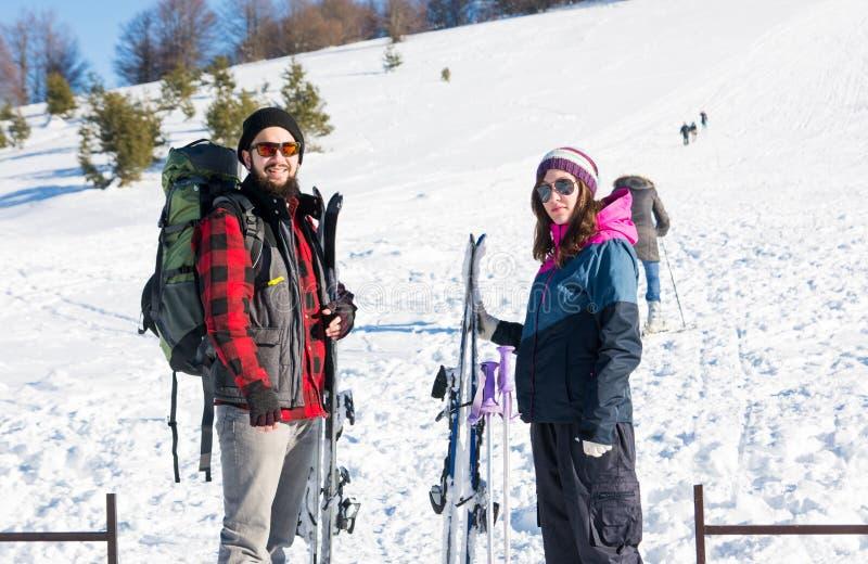 Ajouter à l'équipement de ski sur la montagne neigeuse image stock