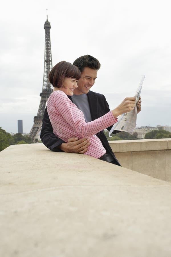 Ajouter à la carte contre Tour Eiffel photographie stock