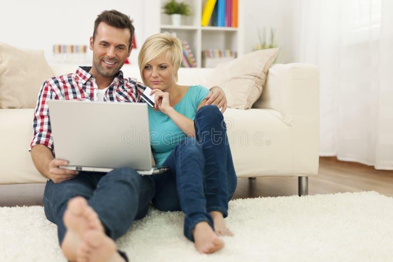 Ajouter à la carte de crédit et à l'ordinateur portable image libre de droits
