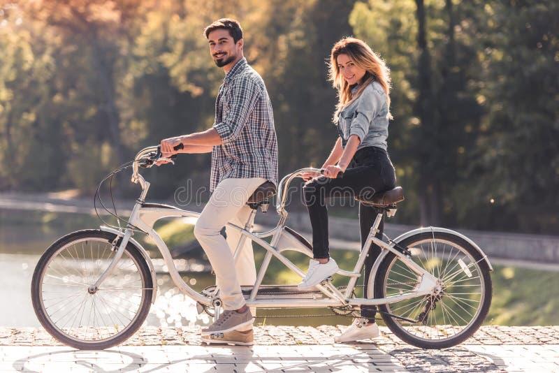 Ajouter à une bicyclette tandem photographie stock libre de droits
