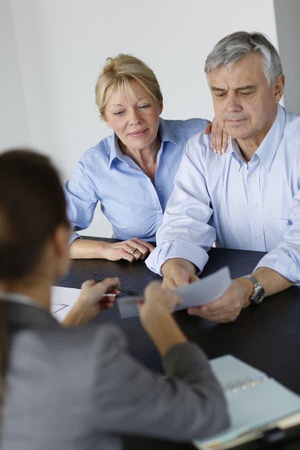 Ajouter aînés au conseiller financier photographie stock