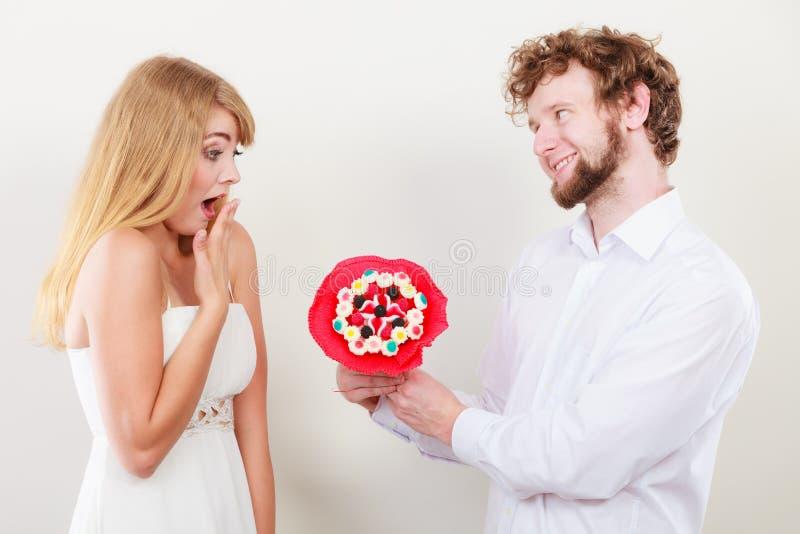 Ajouter affectueux aux fleurs de groupe de sucrerie Amour image libre de droits
