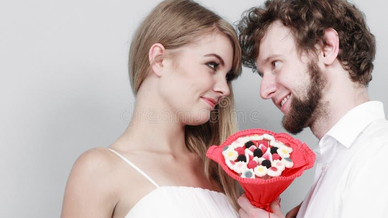 Ajouter affectueux aux fleurs de groupe de sucrerie Amour photographie stock libre de droits