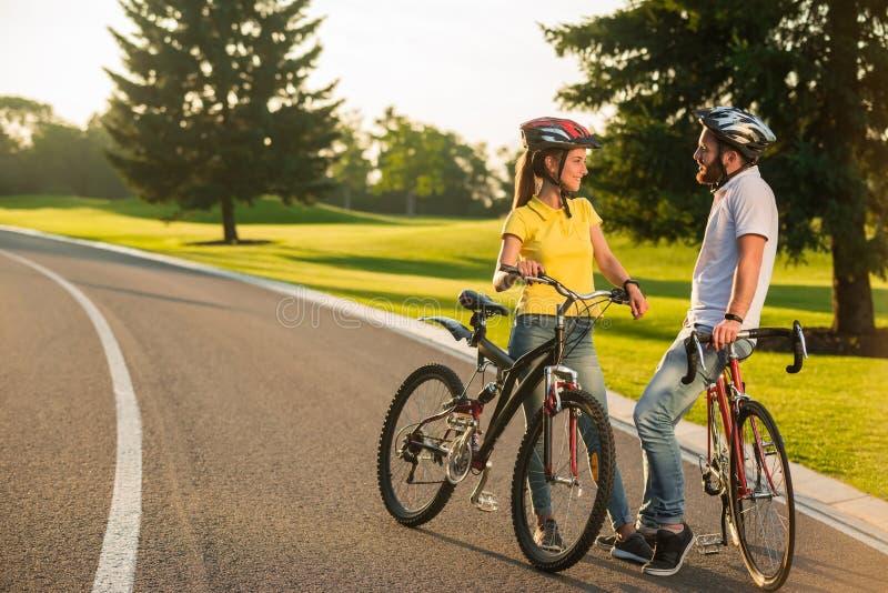 Ajouter aimants aux vélos sur la route photos stock