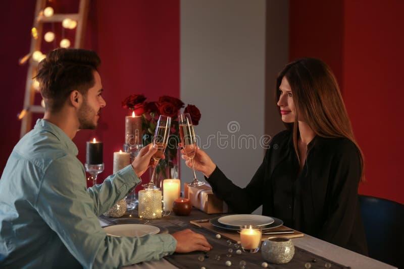 Ajouter aimants aux verres de champagne dans le restaurant la date romantique images libres de droits