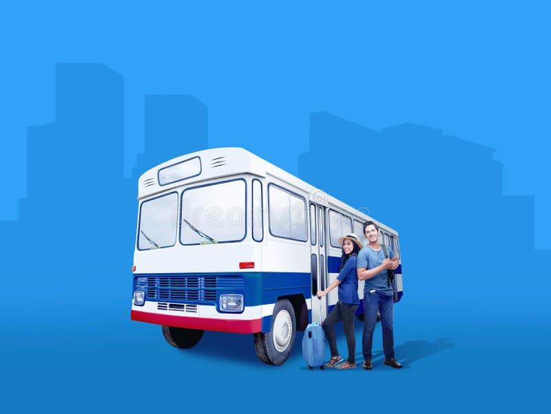 Ajouter asiatiques à la position de sac et de sac à dos de valise près de l'autobus photo stock