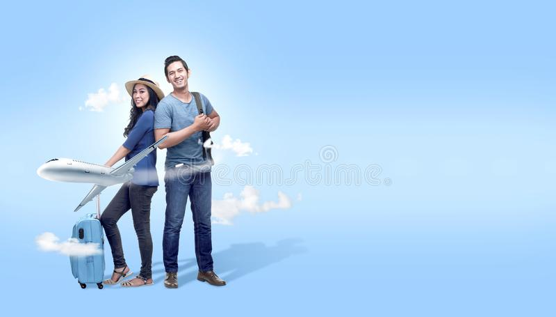 Ajouter asiatiques au déplacement allant de sac et de sac à dos de valise avec l'avion image stock