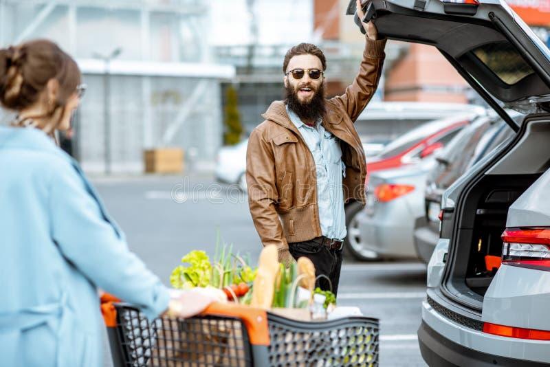 Ajouter au caddie complètement de la nourriture sur le stationnement extérieur image libre de droits