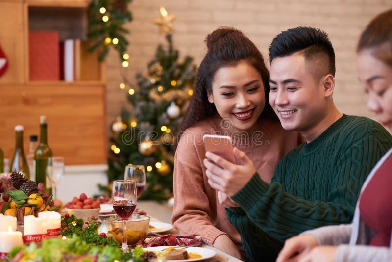 Ajouter au smartphone à la table de dîner images libres de droits