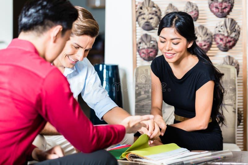 Ajouter au vendeur dans le magasin de meubles image stock
