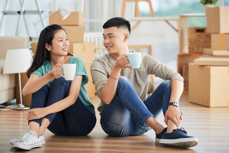 Ajouter aux boissons sur le nouveau plancher d'appartement image libre de droits