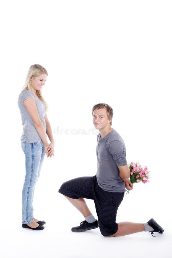Ajouter aux fleurs et à la proposition de mariage photo libre de droits