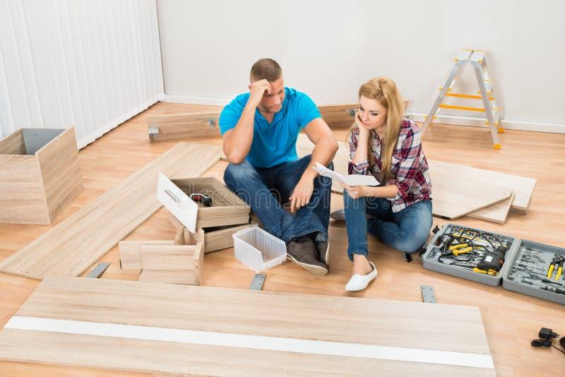 Ajouter contemplés aux meubles démontés images stock