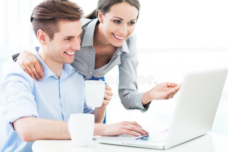 Ajouter d'affaires à l'ordinateur portable images libres de droits