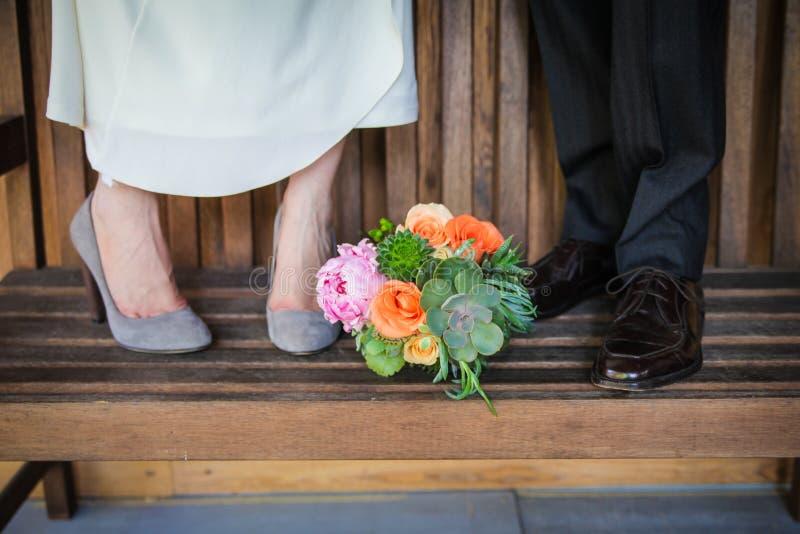 Ajouter de nouveaux mariés au bouquet photo stock