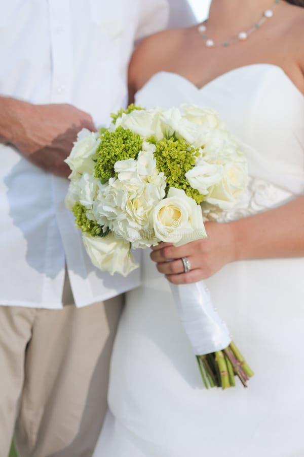 Ajouter de nouveaux mariés au bouquet photographie stock