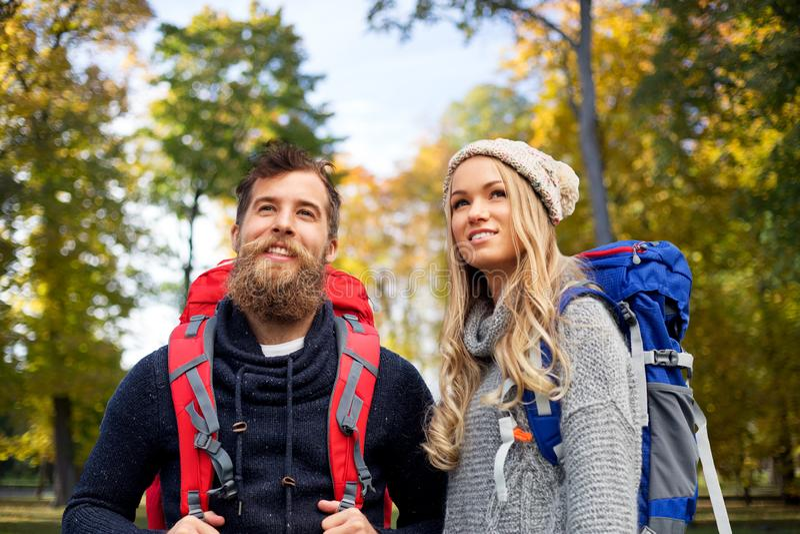 Ajouter de sourire aux sacs à dos augmentant en automne image stock