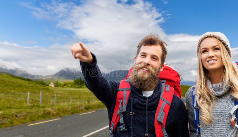 Ajouter de sourire aux sacs à dos augmentant en automne images libres de droits