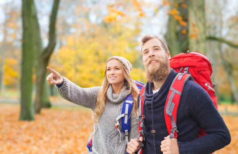 Ajouter de sourire aux sacs à dos augmentant en automne photos stock