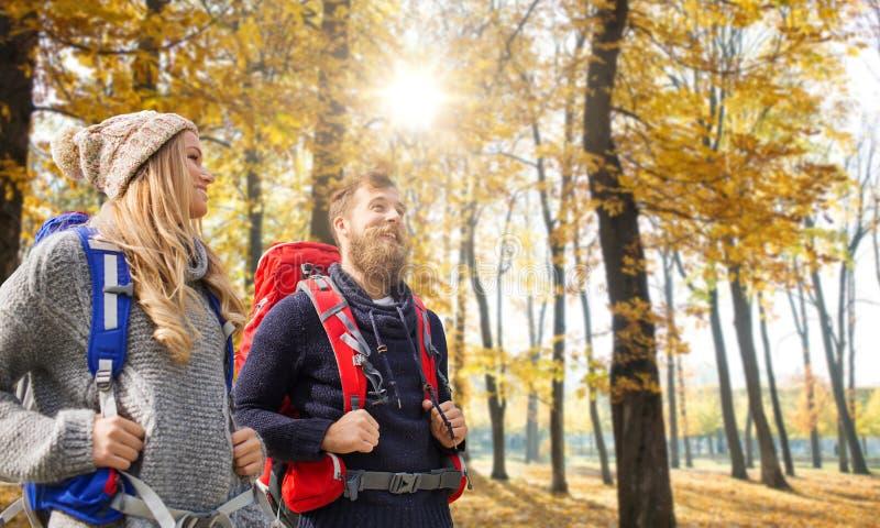 Ajouter de sourire aux sacs à dos augmentant en automne images stock