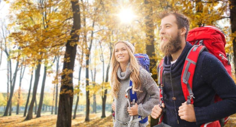 Ajouter de sourire aux sacs à dos augmentant en automne photographie stock