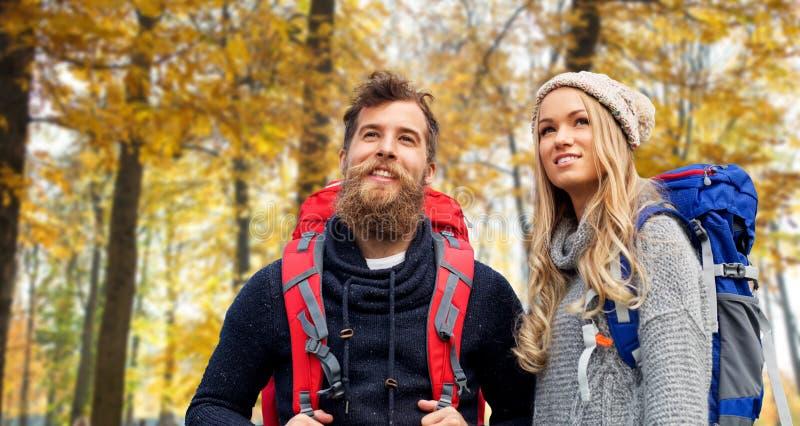 Ajouter de sourire aux sacs à dos augmentant en automne photos libres de droits