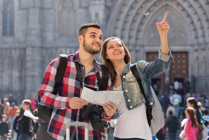 Ajouter de touristes à la carte dans la ville photographie stock libre de droits