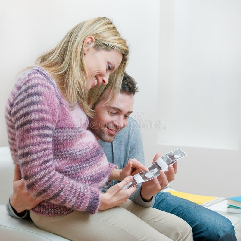 Ajouter enceintes affectueux au balayage d'ultrason de chéri image libre de droits