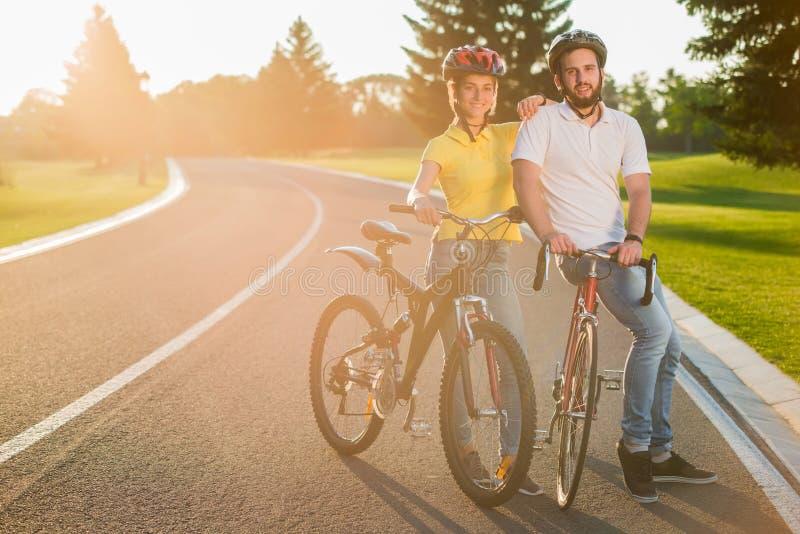 Ajouter gais heureux aux vélos dehors image libre de droits