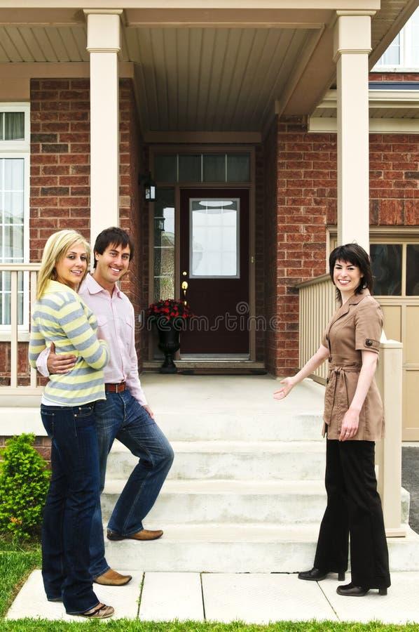 Ajouter heureux à l'agent immobilier réel photographie stock libre de droits