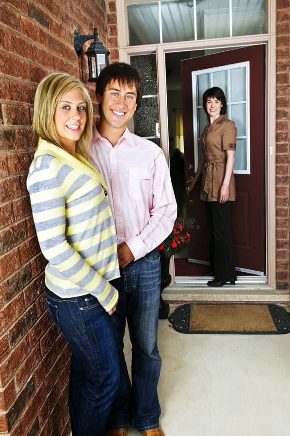 Ajouter heureux à l'agent immobilier réel photo stock