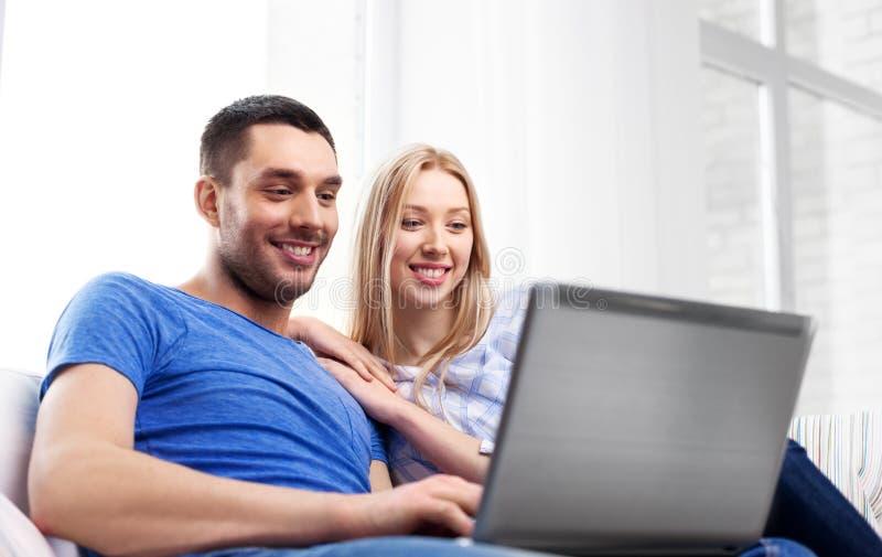Ajouter heureux à l'ordinateur portable à la maison image stock