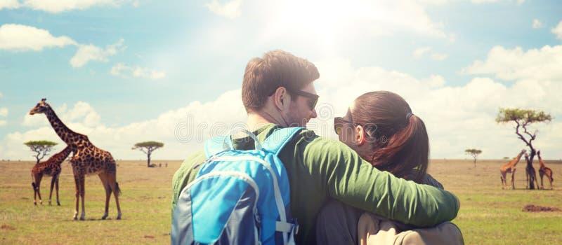 Ajouter heureux au déplacement de sacs à dos photos stock