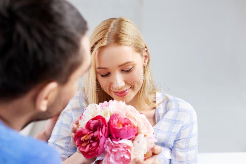 Ajouter heureux aux fleurs à la maison images stock