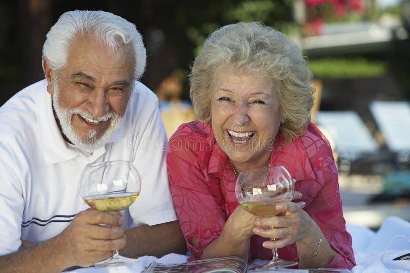 Ajouter heureux aux verres de vin photos stock