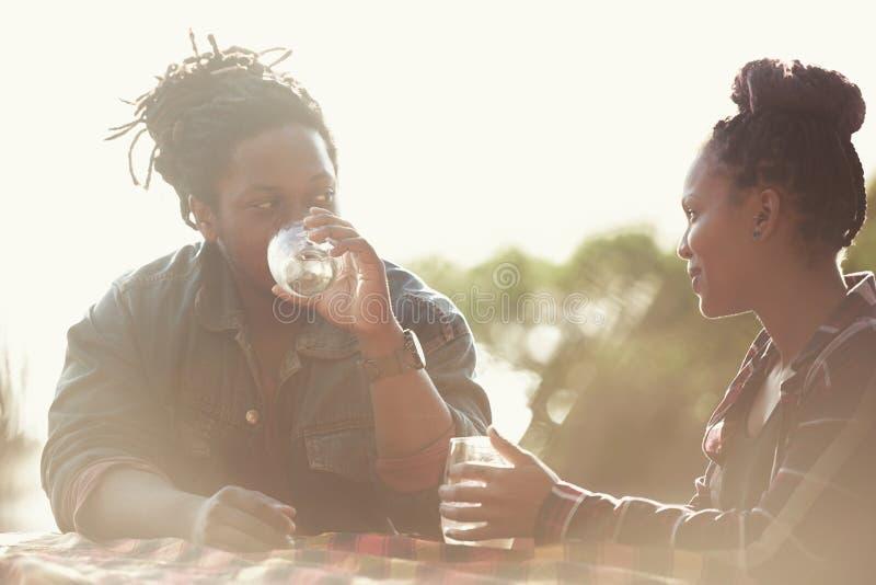 Ajouter joviaux au teint foncé une date ensemble dehors photos libres de droits