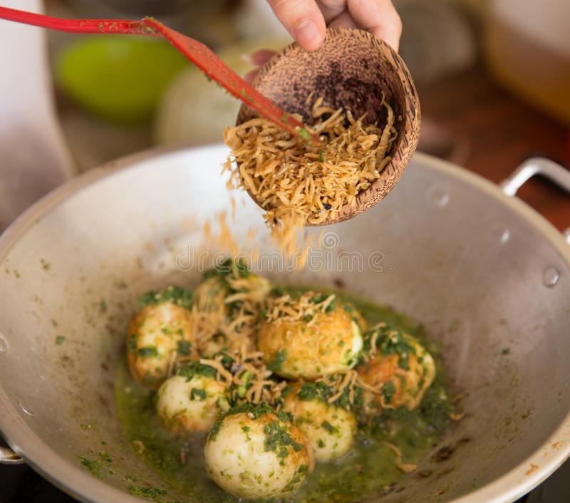 Ajouter l'anchois dans l'oeuf sauté et la sauce chili verte photos stock