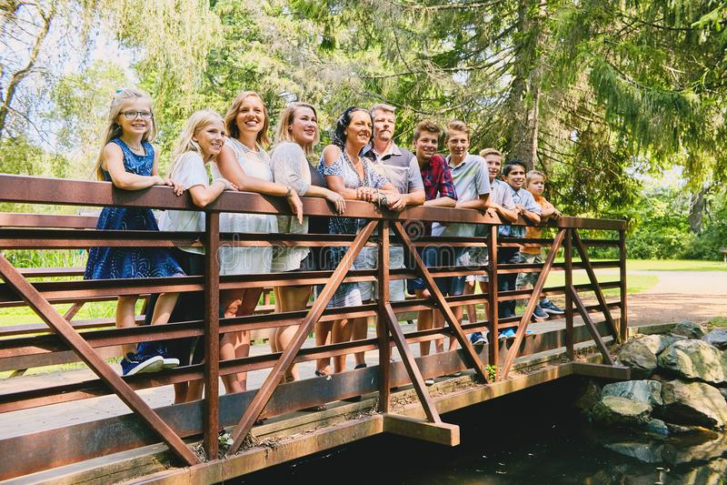 Ajouter mûrs à neuf enfants sur le pont image stock