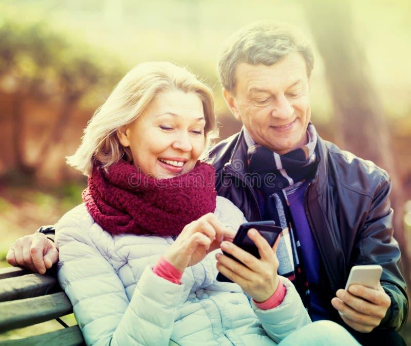 Download Ajouter Mûrs Aux Smartphones En Parc Photo stock - Image du numéros, apprécier: 76083854