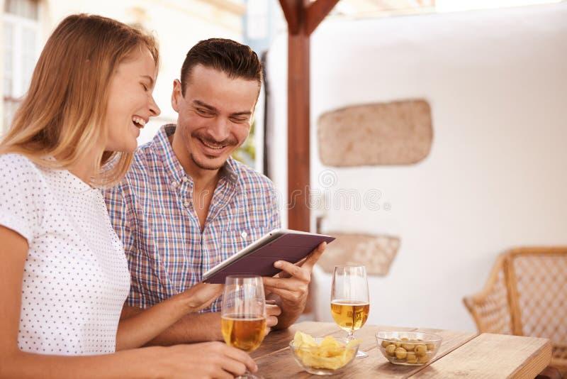Ajouter riants au touchpad et aux bières image libre de droits