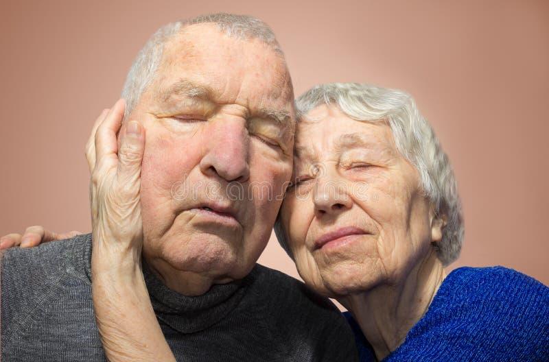 Ajouter romantiques à tête à tête à la maison photographie stock