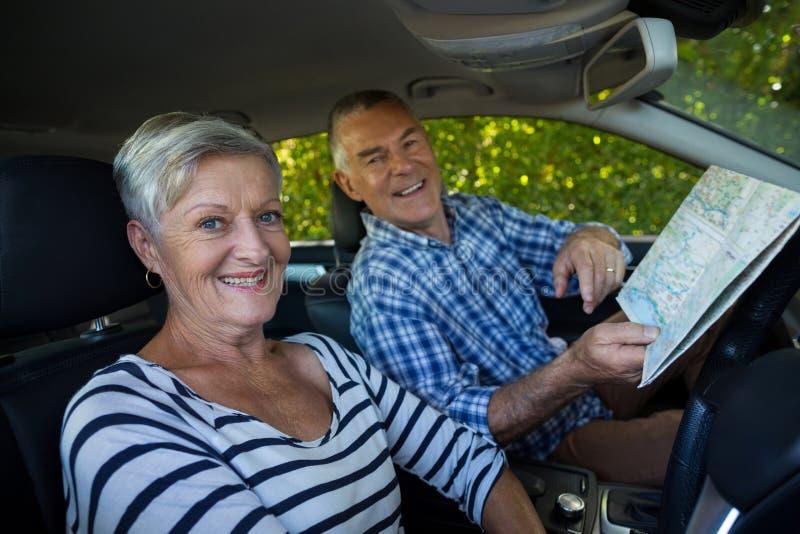 Ajouter supérieurs à la carte de route dans la voiture photo libre de droits