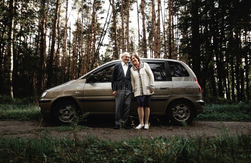 Ajouter supérieurs heureux à la nouvelle voiture photographie stock