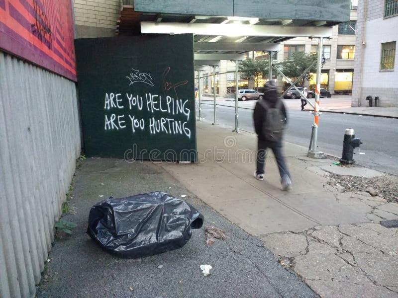 A ajuda, é você que ajuda, é você que fere, pergunta, grafitti, Brooklyn, New York, EUA fotos de stock
