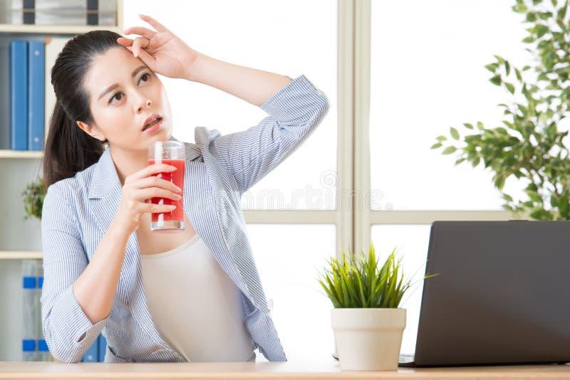A ajuda bebendo do suco da melancia reduz a temperatura corporal, para o bett fotografia de stock