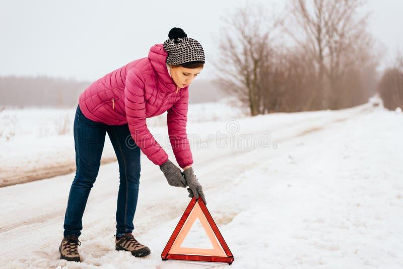 Ajuda da mulher ou auxílio de espera - divisão do carro do inverno foto de stock royalty free